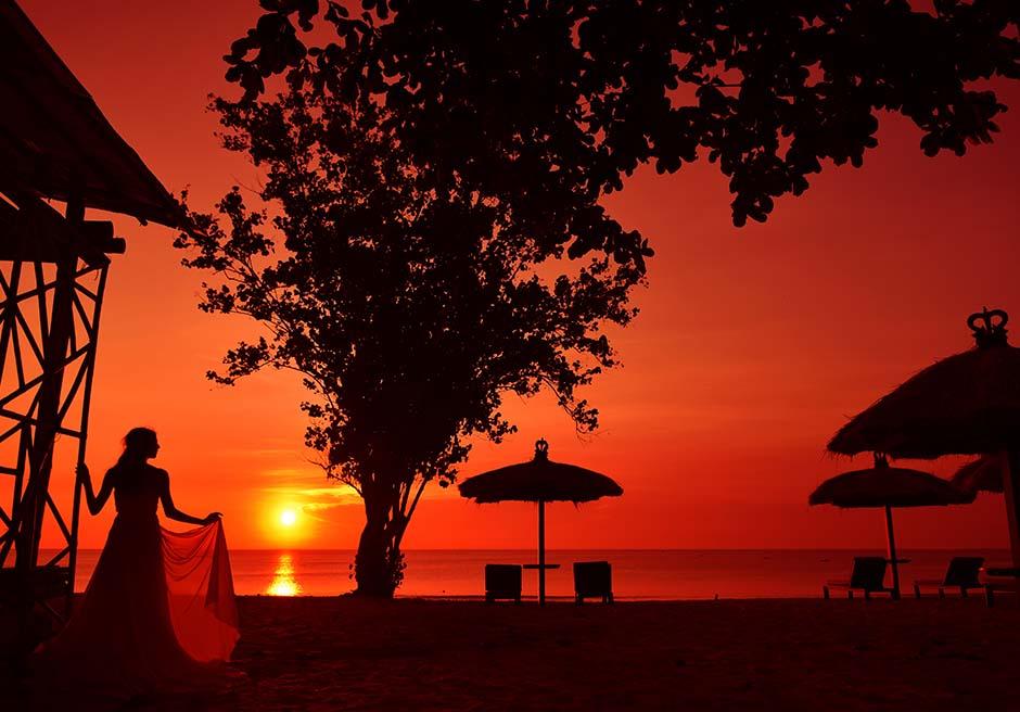 バリ島で随一に美しいプリバリビーチの真っ赤なサンセット