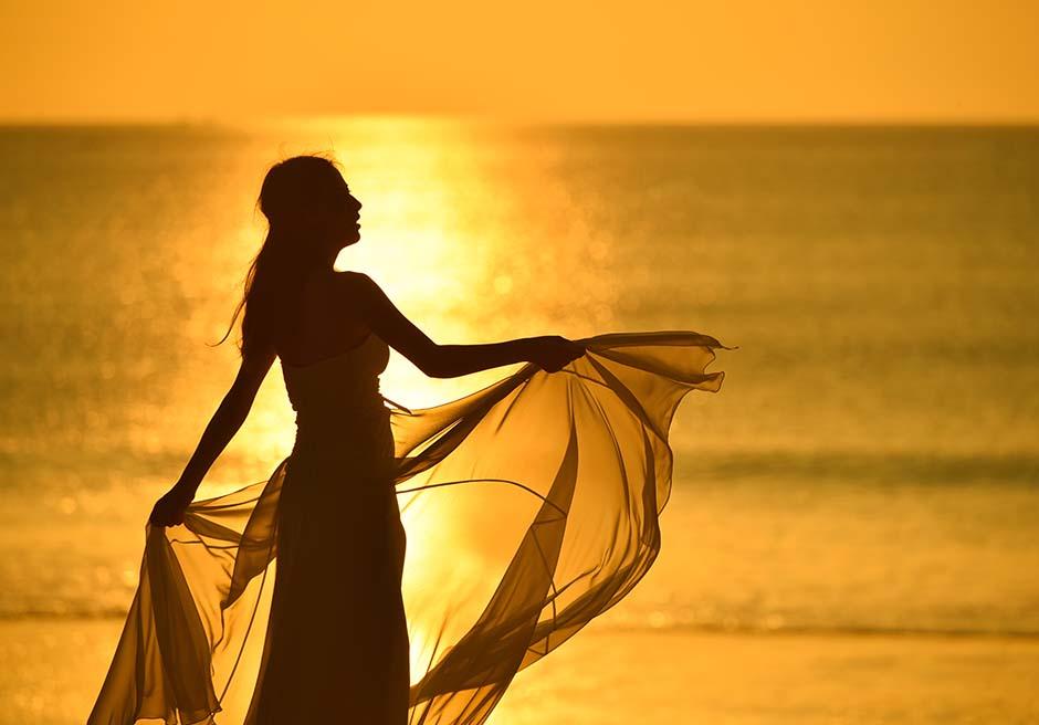 黄金に色づいたプリバリビーチのサンセット