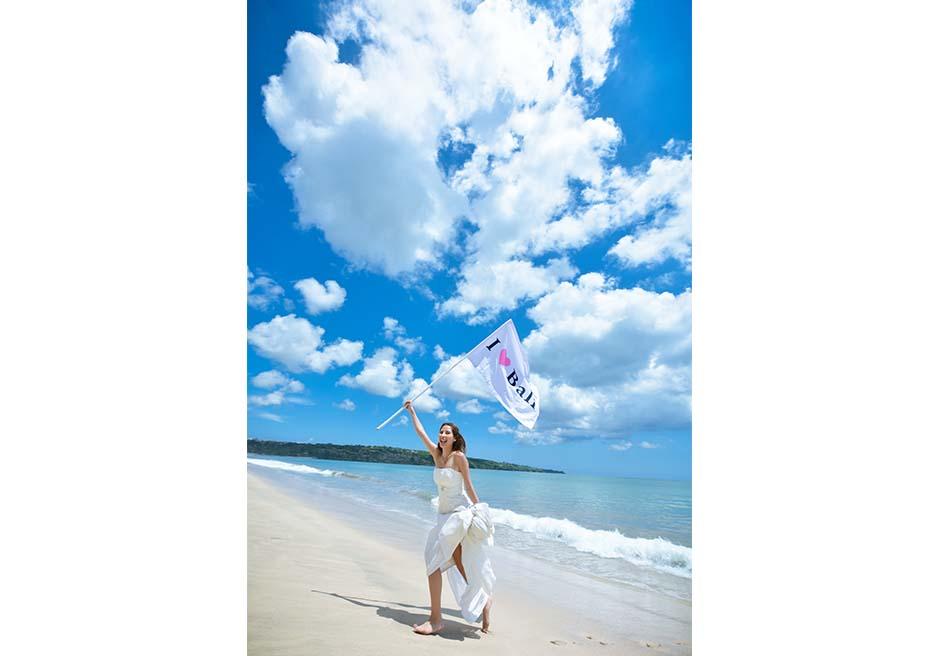 真っ白なビーチと雲のコントラスト