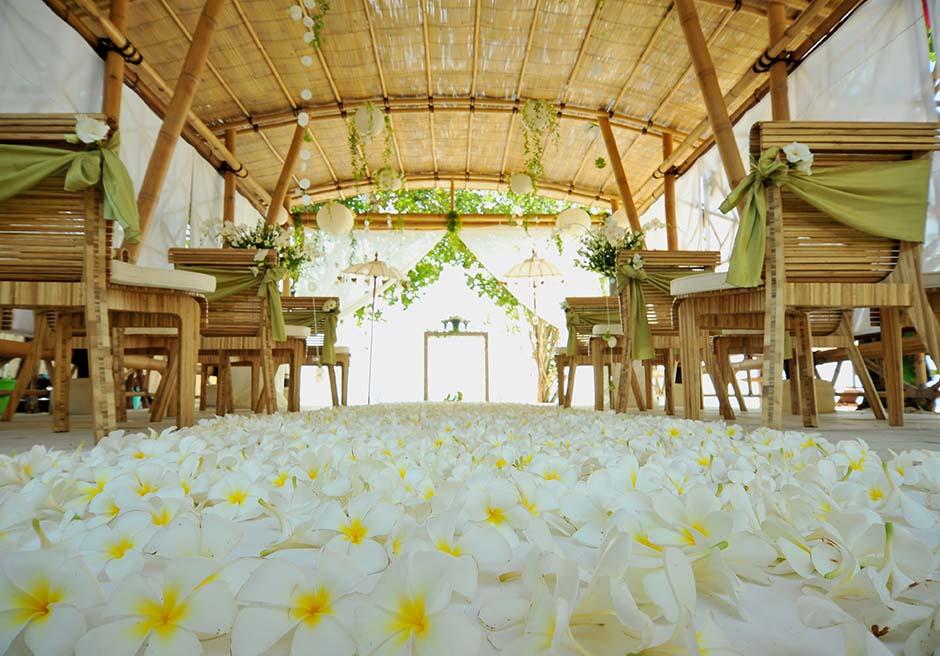 ベルモンド・ジンバラン・プリ・バリ バンブー・パビリオン・ウェディング 生花のバージンロード