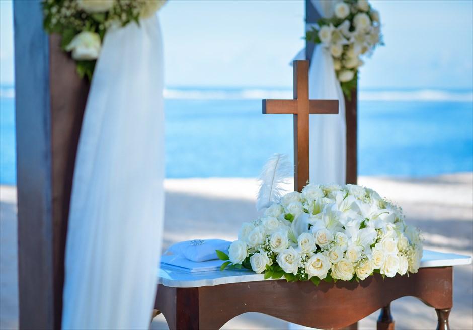 セント・レジス・バリ エレガント・ビーチウェディング 祭壇生花装飾