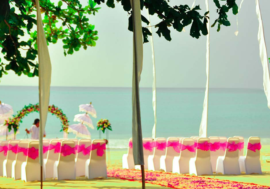 クラトン・ジンバラン・ビーチ・リゾート<br /> ホワイト・サンズ・ビーチウェディング<br /> ピンク&ホワイト 挙式会場装飾
