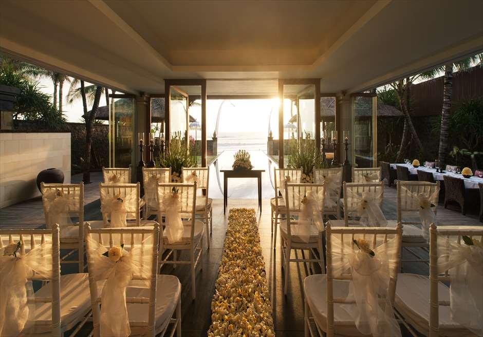 高級感あふれるザ・レギャン・バリ ビーチハウスのヴィラウェディング。 万一の雨でも挙式が可能。
