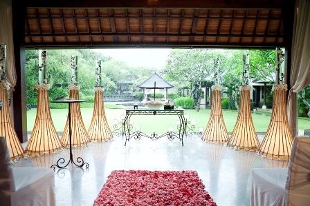 ヴィラ・アイル・バリ <br /> ガーデンウェディング 屋内装飾<br /> 万一の雨天でも挙式が可能<br />