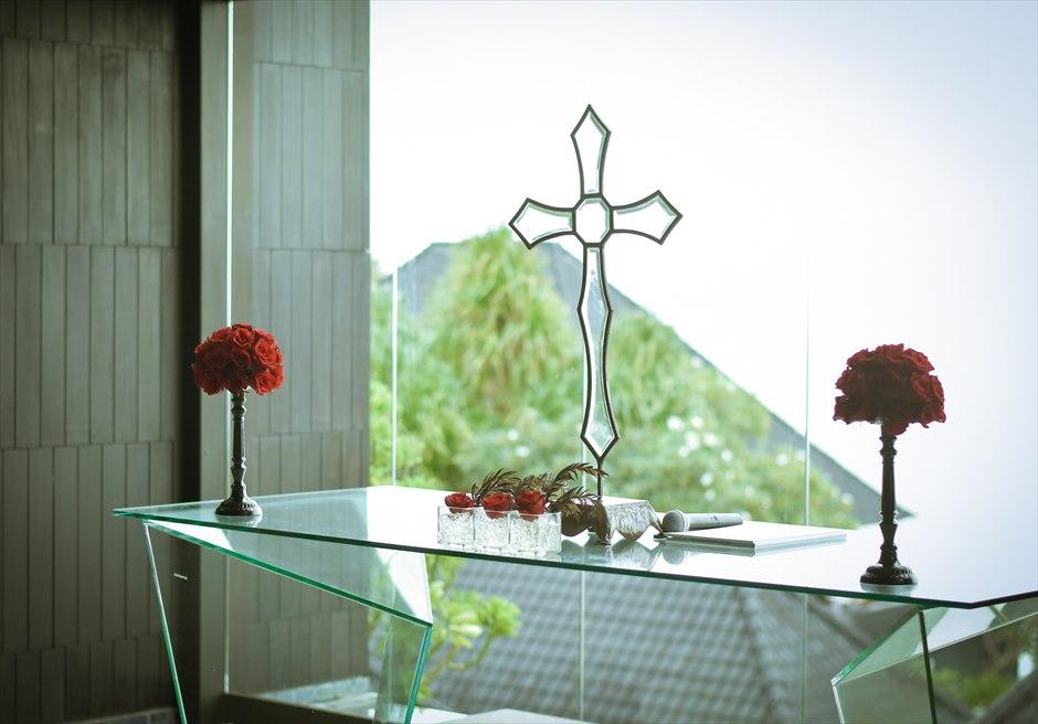 ブルガリリゾートバリ<br /> ブレス・バリ・オリジナル・チャペルウェディング<br /> シック&ラグジュアリー・デザイン 祭壇装飾