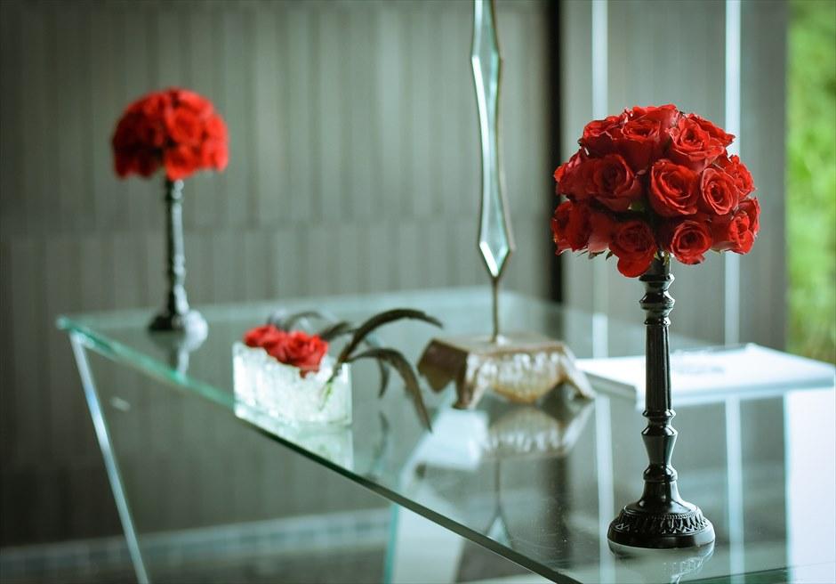 ブレス・バリ・オリジナル・チャペルウェディング<br /> シック&ラグジュアリー・デザイン<br /> 2つの生花の祭壇スタンディングフラワー(レッドローズ&ブラックキャンドルスタンド)
