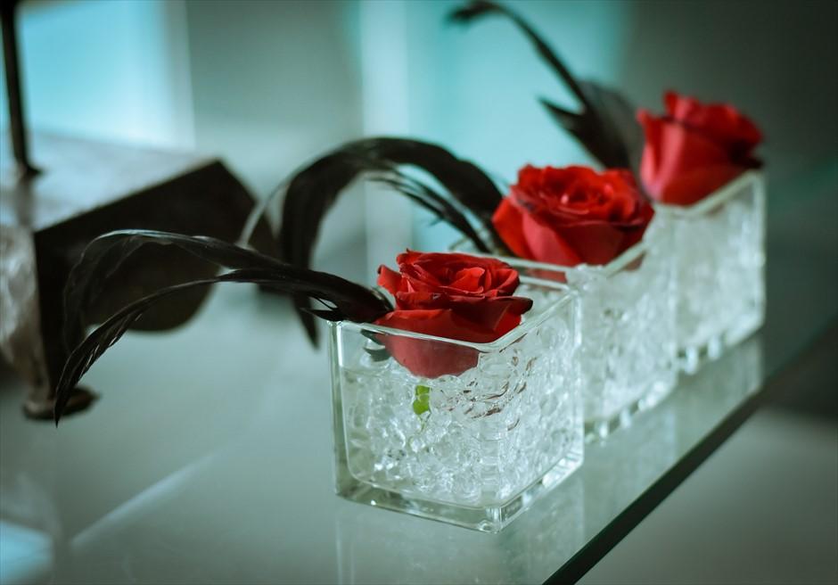 ブレス・バリ・オリジナル・チャペルウェディング<br /> シック&ラグジュアリー・デザイン<br /> 祭壇装飾(レッドローズ&スクエアガラスベース)
