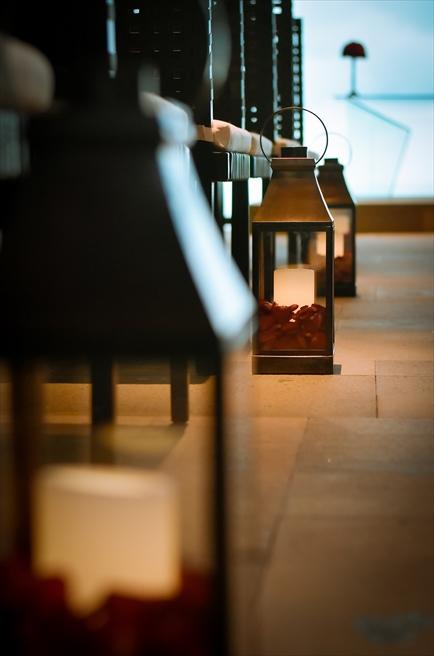 ブレス・バリ・オリジナル・チャペルウェディング<br /> シック&ラグジュアリー・デザイン サンセットタイム<br /> 8つのバージンロード・ブラックランタン(レッドローズペタル&キャンドル)