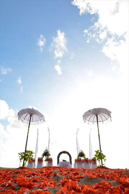 パトラ・ジャサ・バリ・リゾート&ヴィラス BLESS BALIオリジナル ビーチウェディング レッド 挙式会場装飾