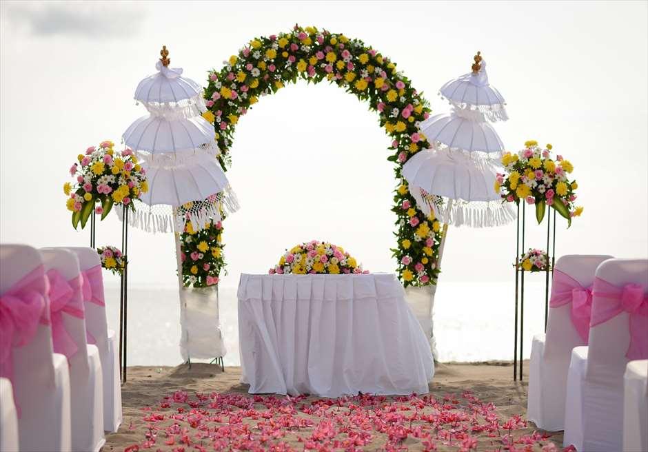 パトラ・ジャサ・バリ・リゾート&ヴィラス BLESS BALIオリジナル ビーチウェディング ピンク&イエロー 挙式会場装飾