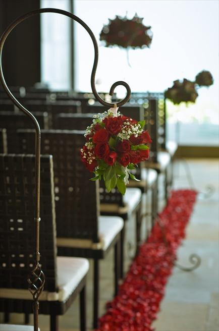 ブルガリリゾートバリ<br /> チャペル挙式会場 レッド<br /> セレモニーチェア装飾