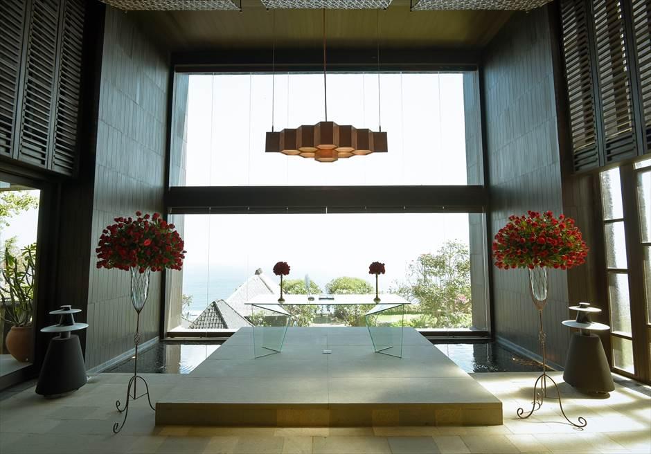 ブルガリリゾートバリ<br /> チャペル挙式会場 レッド祭壇装飾