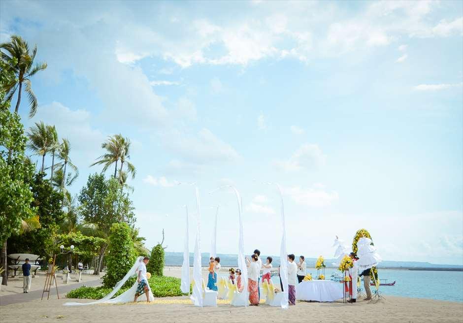 パトラ・ジャサ・バリ・リゾート&ヴィラス BLESS BALIオリジナル ビーチウェディング イエロー 挙式風景