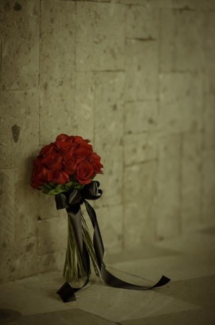 ブレス・バリ・オリジナル・チャペルウェディング<br /> シック&ラグジュアリー・デザイン<br /> 生花のブーケ&ブートニア(レッドローズ&ブラックリボン)