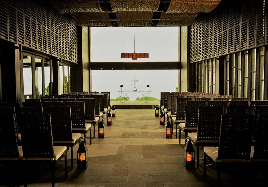 ブレス・バリ・オリジナル ブルガリ・チャペルウェディング シック&ラグジュアリー・デザイン チャペル外壁にて