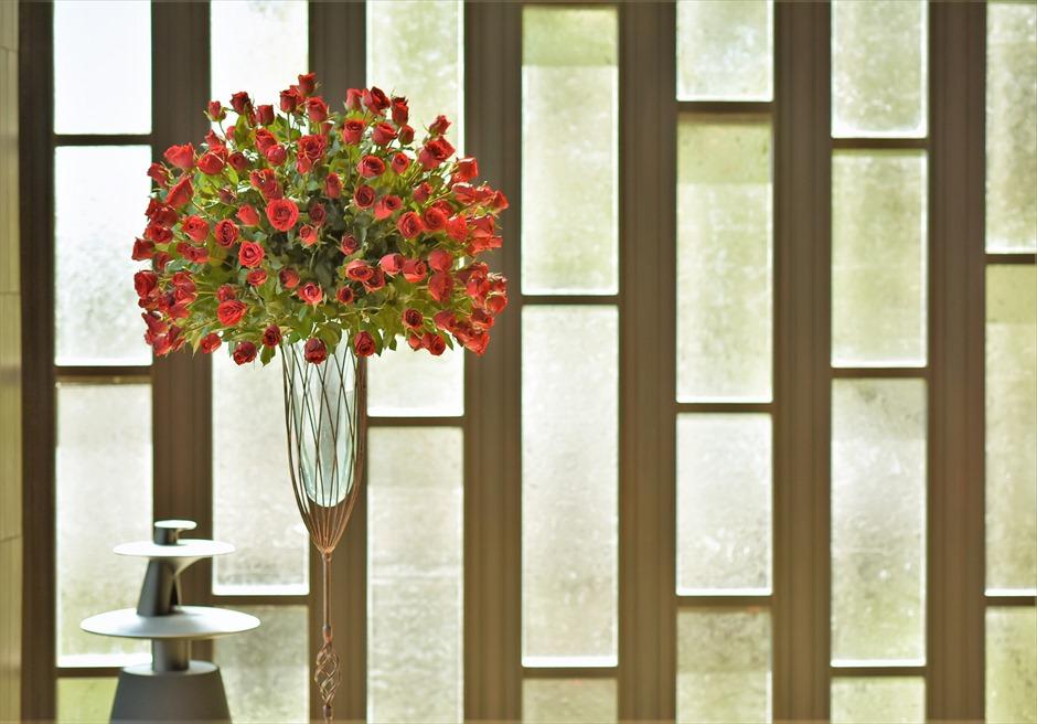 チャペル・ウェディング 挙式会場内 レッド生花装飾 祭壇周りスタンディングフラワー