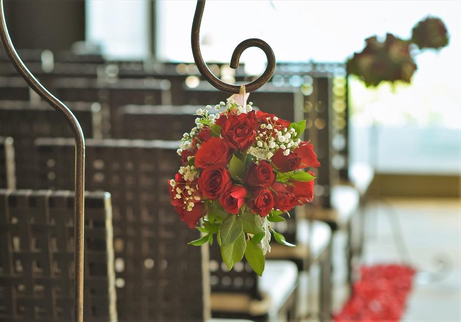 チャペル・ウェディング 挙式会場内 レッド生花装飾 アイルサイド・スタンディングフラワー