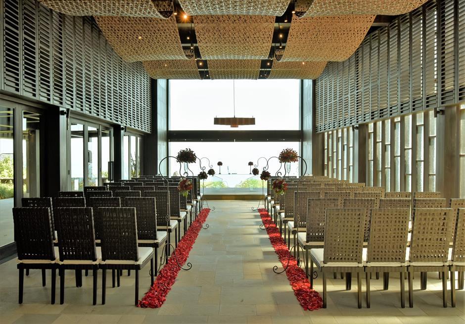 ブルガリ リゾート バリ チャペル・ウェディング 挙式会場内 レッド生花装飾