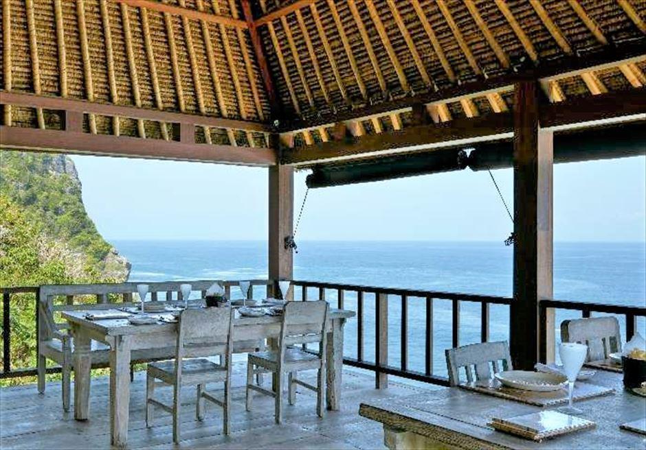 ブルガリ リゾート バリ ウッドを使用したナチュラル・スタイル ラ・スピアッジャ・レストラン