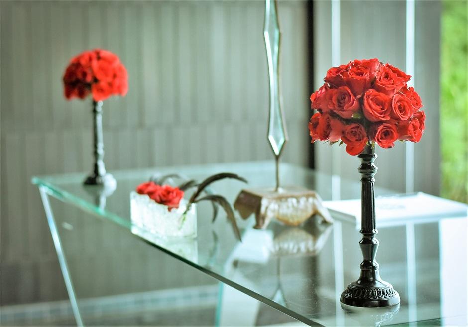 ブルガリリゾートバリ オリジナル・チャペルウェディング シック&ラグジュアリー・デザイン  2つの生花の祭壇スタンディングフラワー