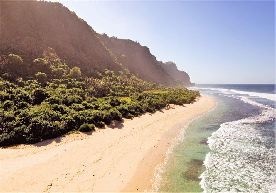 ブルガリ リゾート バリ 熱帯雨林の生い茂る緑豊かな 白砂のウルワツ・ビーチ