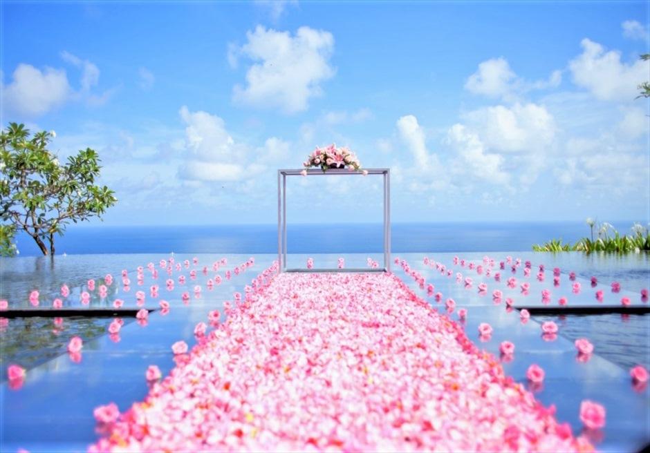 ブルガリ リゾート バリ ウォーター・ウェディング ピンク生花 挙式会場装飾