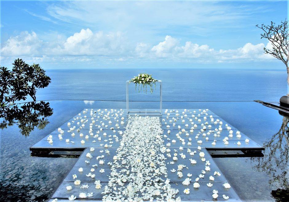 ウォーター・ウェディング ホワイト生花 挙式会場装飾 スプレッドフラワー・バージンロード