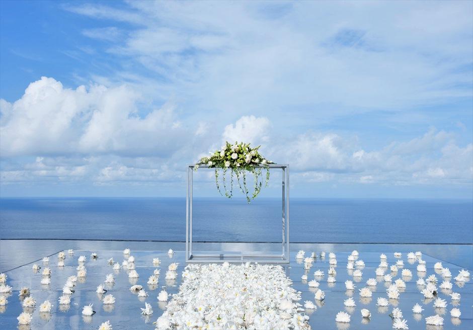 ウォーター・ウェディング ホワイト生花 挙式会場装飾