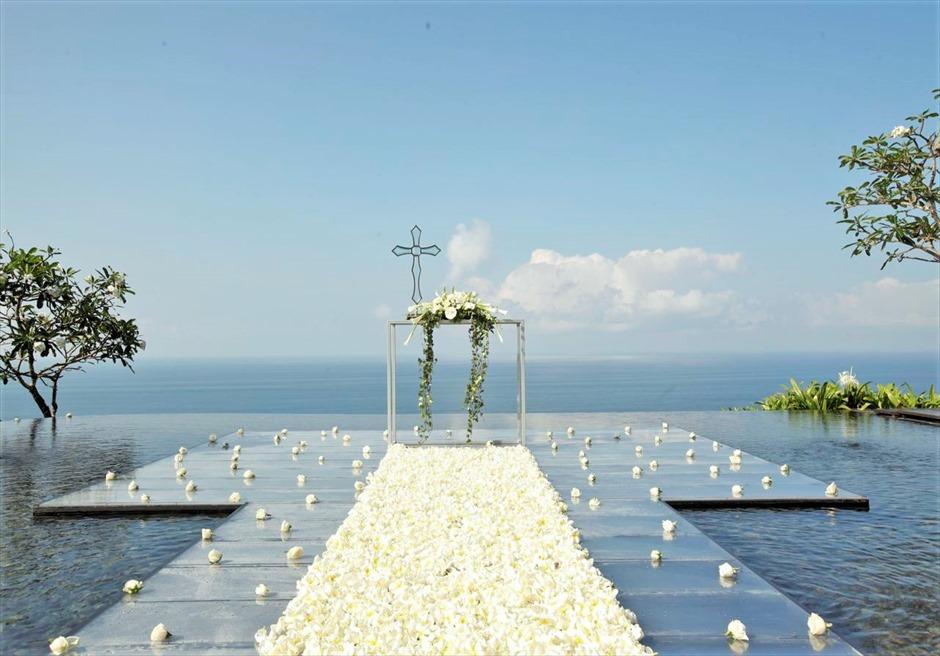 ウォーター・ウェディング クロス&ホワイト生花 挙式会場装飾 フルフラワー・バージンロード