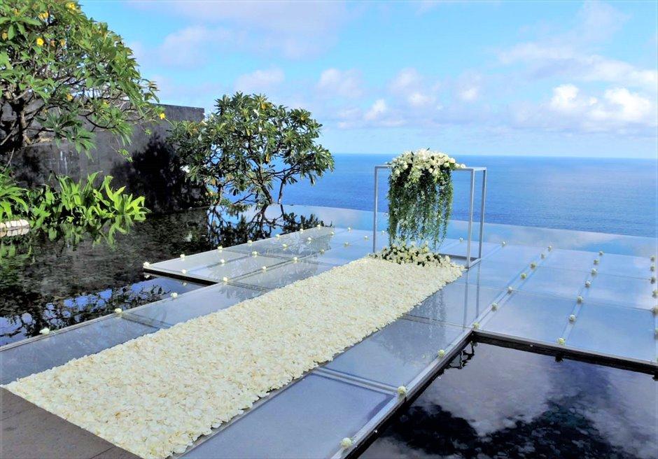 ウォーター・ウェディング ホワイト生花 挙式会場装飾 フルフラワー・バージンロード