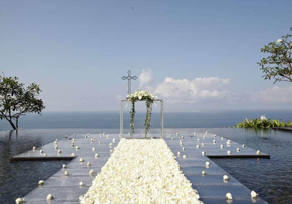 ブルガリウォーターウェディング ホワイト基本装飾 生花バージンロード