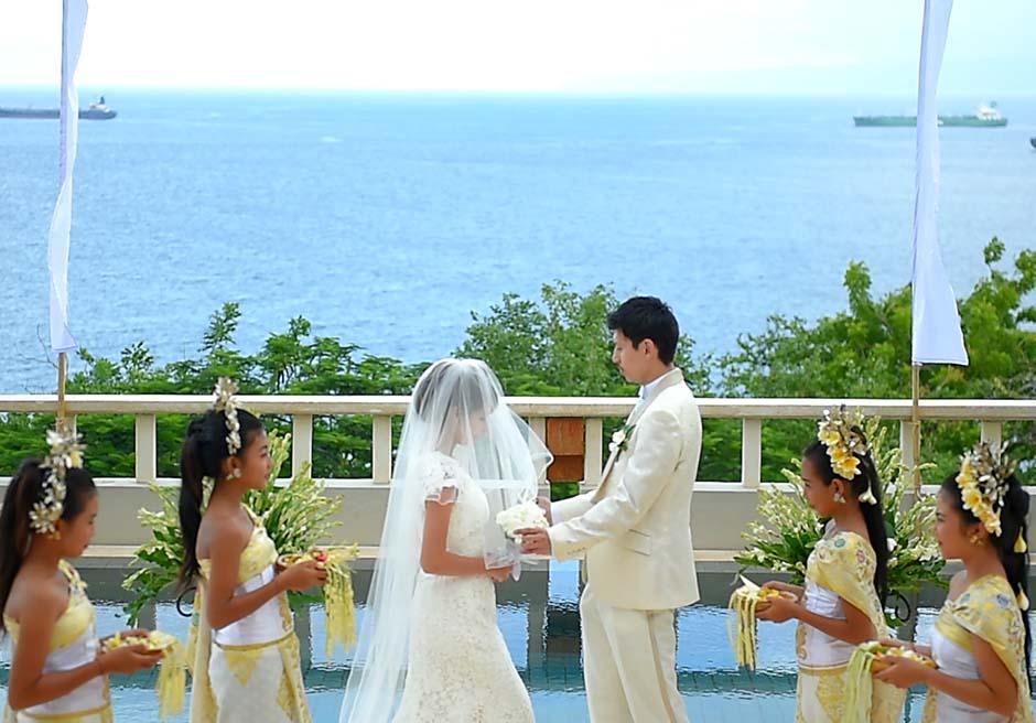 美しいチャンディダサの海が目の前に広がるプライベートプール付きのヴィラ「インドラキラスイート」にて挙式