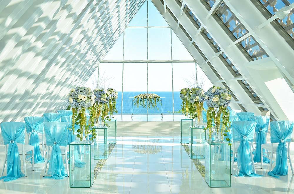 バニアン・ツリー・ウンガサン<br /> BLESS BALI オリジナル ウェディング プラン<br /> オール・ブルー・イン・ ザ・ホワイト・ダブ・チャペル 装飾