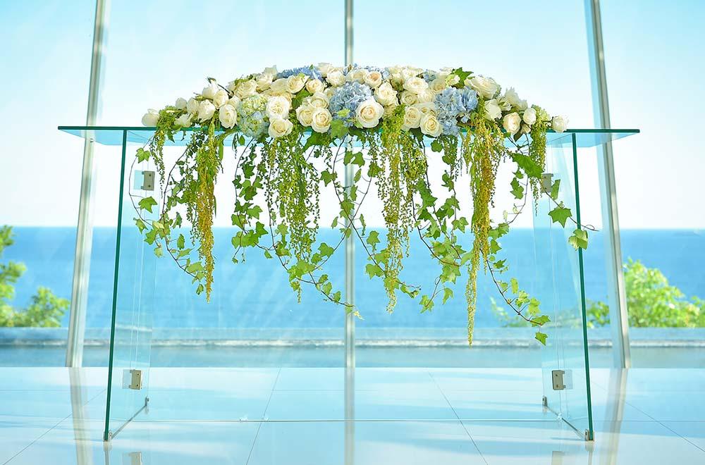 バニアン・ツリー・ウンガサン<br /> BLESS BALI オリジナル ウェディング プラン<br /> オール・ブルー・イン・ ザ・ホワイト・ダブ・チャペル  祭壇生花装飾