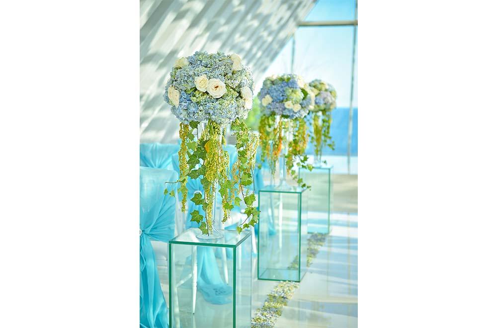 バニアン・ツリー・ウンガサン<br /> BLESS BALI オリジナル ウェディング プラン<br /> オール・ブルー・イン・ ザ・ホワイト・ダブ・チャペル 生花装飾