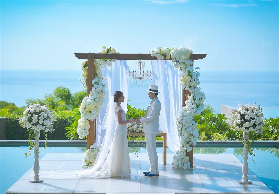 バリ島挙式の中、最も壮大な舞台で執り行われるウェディングシーン