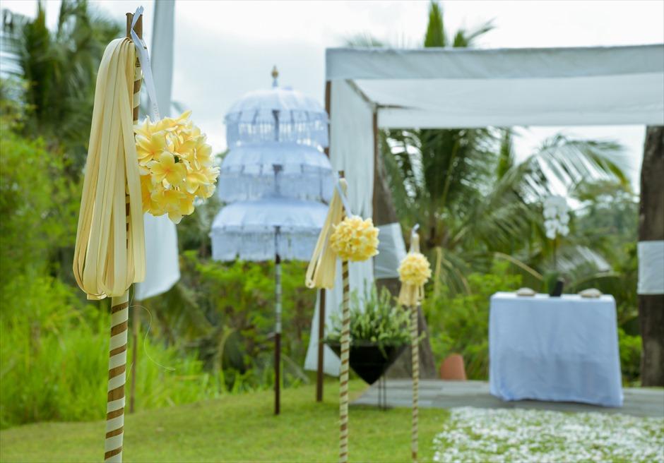 アリラ・ウブド スカルプチャー・ガーデン ホーリー・ウェディング アイルサイド 生花装飾