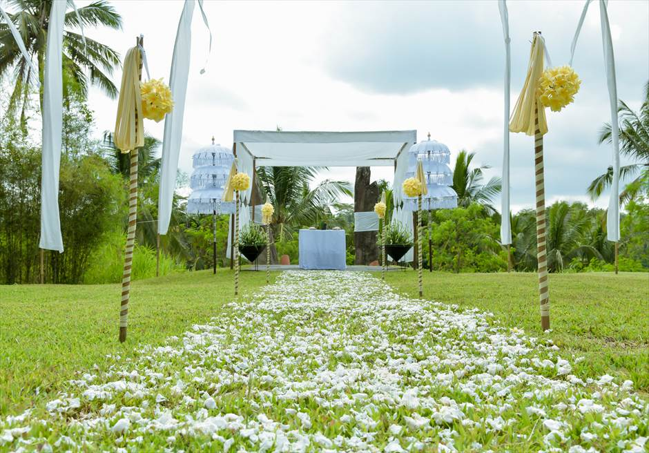 アリラ・ウブド スカルプチャー・ガーデン ホーリー・ウェディング 生花のバージンロード