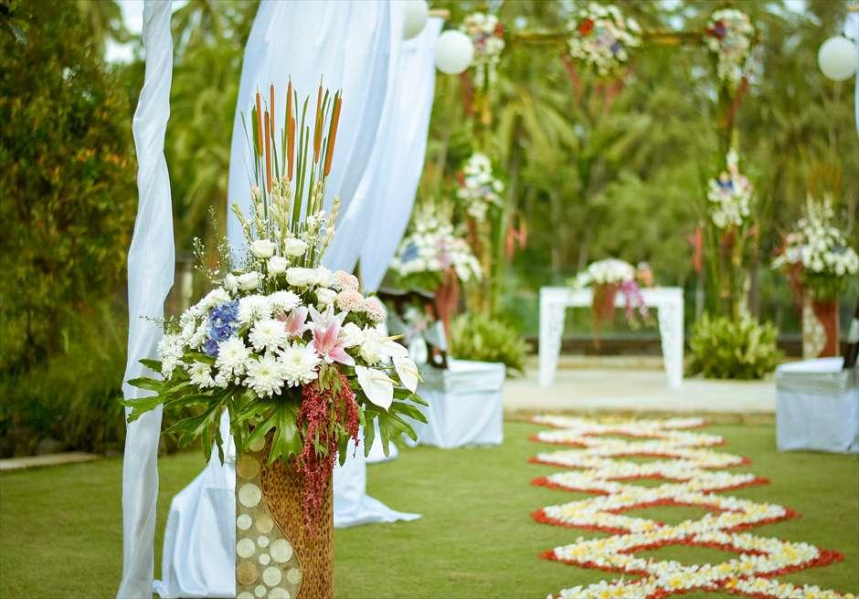 西洋式ガーデンウェディング<br /> 生花のフラワーバージンロート<br /> 生花の挙式会場装飾