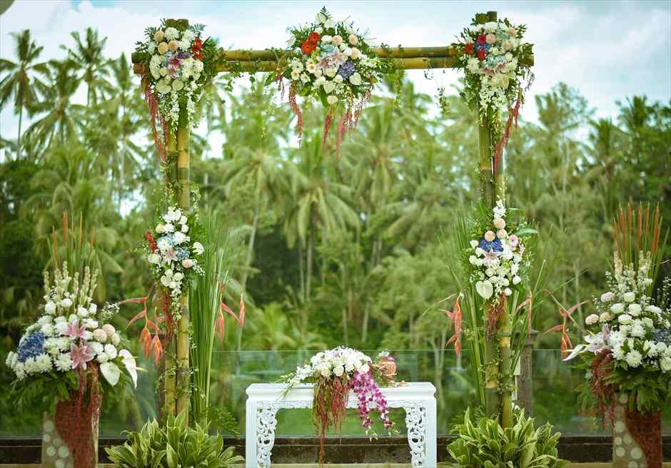 ガーデンデッキ 西洋式ガーデンウェディング  ウェディングアーチ 生花装飾