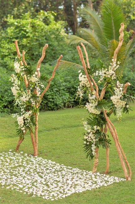アマンキラ ガーデン・ウェディング 挙式会場装飾ラスティック・スタイル 生花スタンディング・フラワー