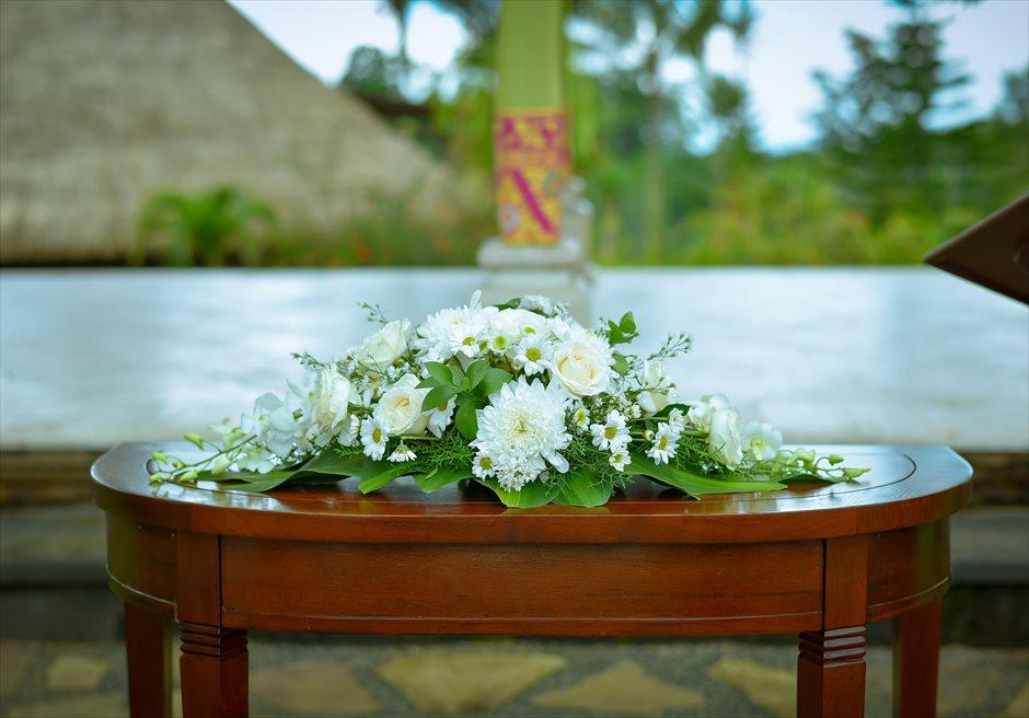 バグース・ジャティ・バリ&西洋式・ウェディング・パッケージ<br /> 挙式会場 祭壇生花のセンターピースフラワー