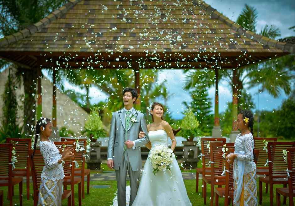 バグース・ジャティ・バリ&西洋式・ウェディング・パッケージ 生花のフラワーシャワー(バージンロードご退場時)