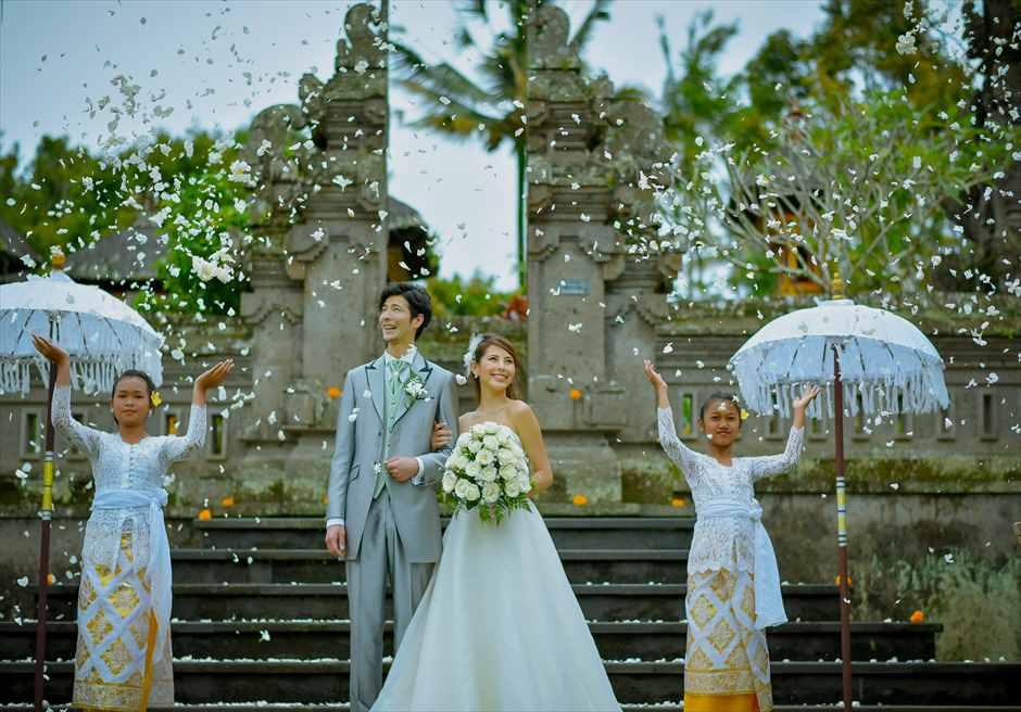 バグース・ジャティ・バリ&西洋式・ウェディング・パッケージ 生花のフラワーシャワー(ヒンドゥ教寺院前)