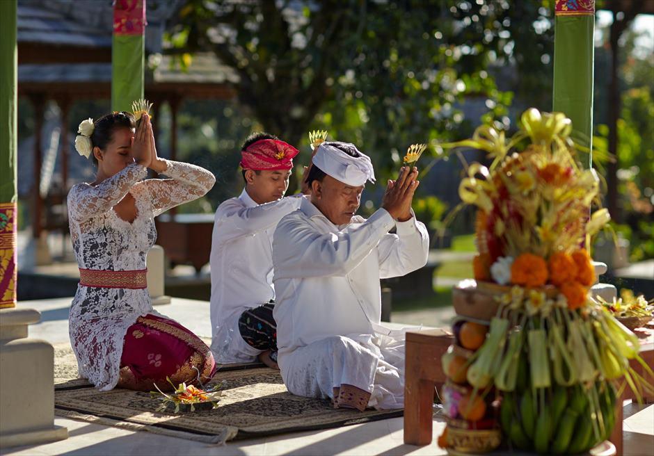 バグース・ジャティ・バリ&西洋式・ウェディング・パッケージ リゾート内寺院でのバリ伝統衣装を纏った司祭による祝福
