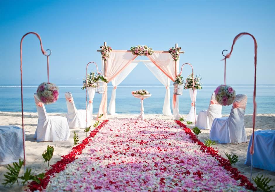サマベ・バリ結婚式 ビーチ・ウェディング ピンク挙式会場装飾