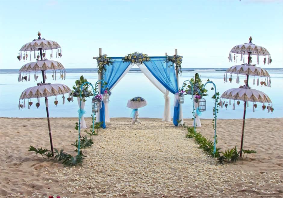 サマベ・バリ結婚式 ビーチ・ウェディング ブルー挙式会場装飾 バリ傘仕様