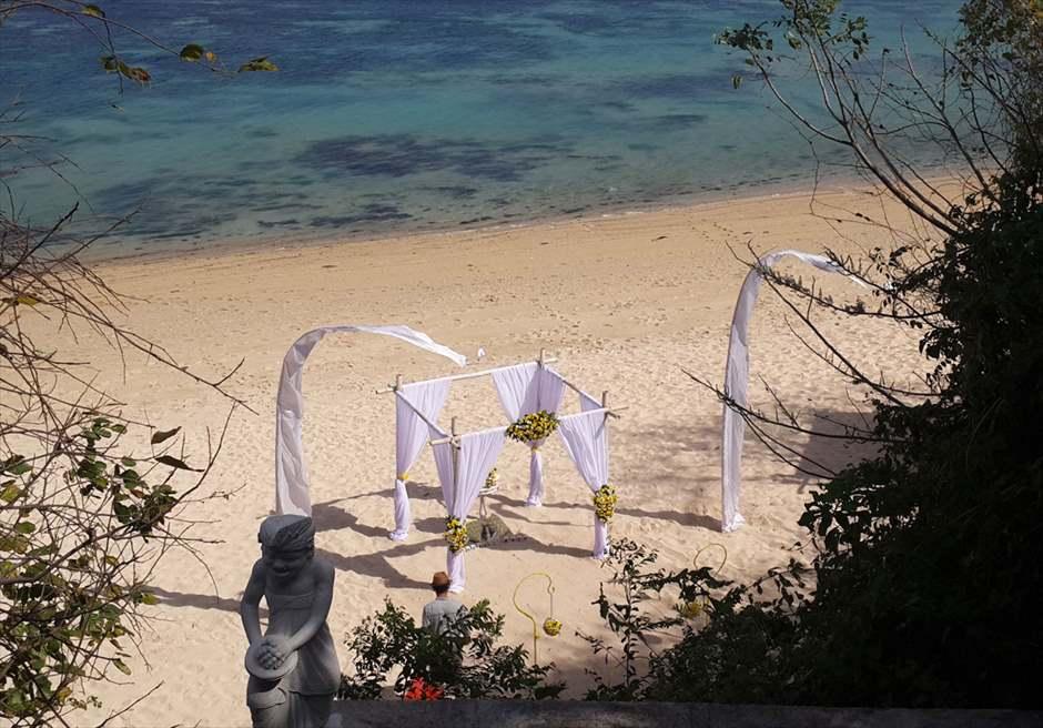 サマベ・バリ結婚式 ビーチ・ウェディング ホワイト挙式会場装飾