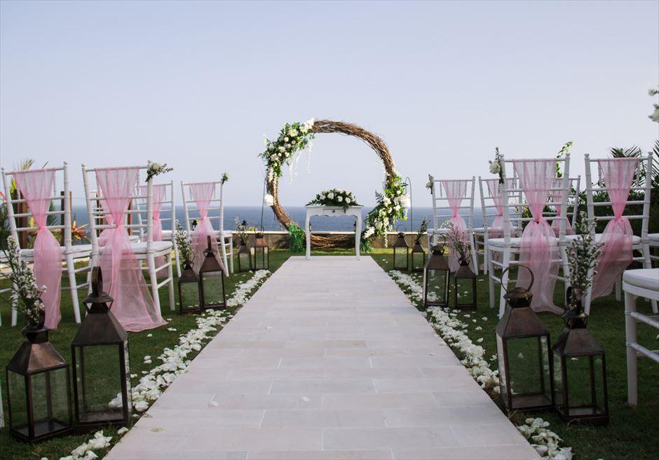 サマベ・バリ・スイート&ヴィラズ<br /> オーシャンフロント・ヴィラウェディング<br /> ヴィラ敷地内ガーデン挙式会場装飾