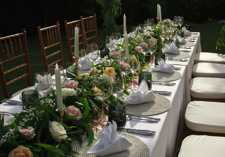 サマベ・バリ・スイート&ヴィラズ<br /> オーシャンフロント・ヴィラウェディング<br /> ヴィラ敷地内ガーデンパーティー会場テーブル装飾